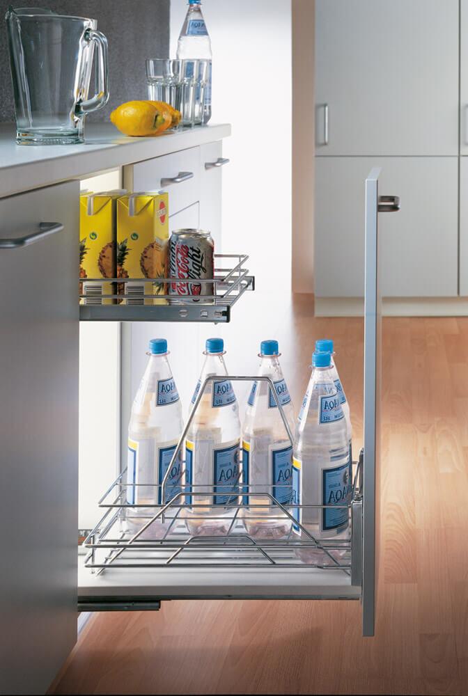 Фото выдвижной системы хранения для бутылок на кухне
