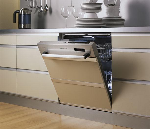 Кухонный гарнитур со встроенной посудомойкой закрытой мебельным фасадом