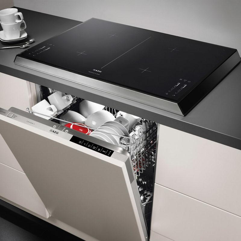 Современная кухня с встроенной посудомойкой
