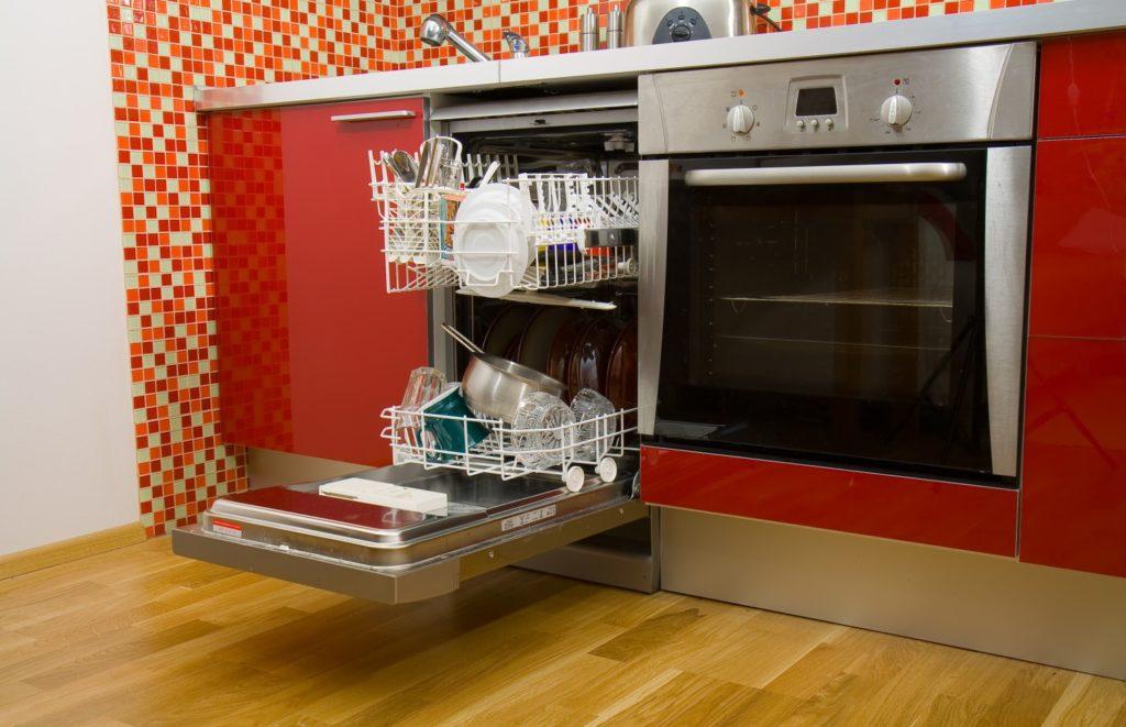 Кухонный гарнитур со встроенной посудомойкой