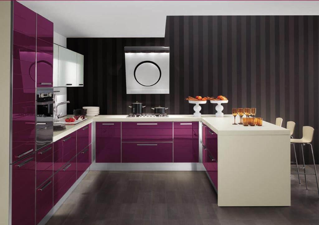 Кухонный гарнитур с цветным глянцевым фасадом