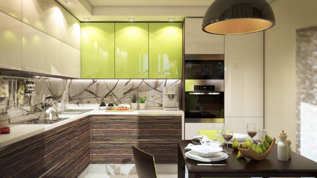 Кухня с глянцевыми фасадами верхних шкафов