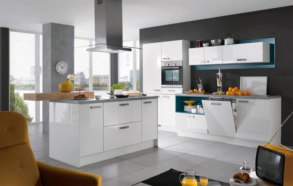 Современная кухня с крашенным фасадом