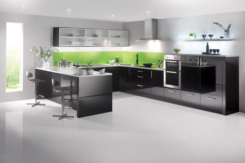 Черный глянцевый кухонный гарнитур с тиле хай-тек