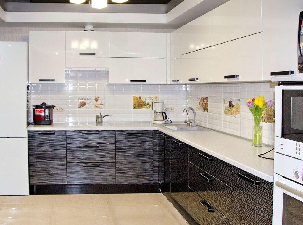 Фото глянцевого кухонного гарнитура с пластиковым покрытием