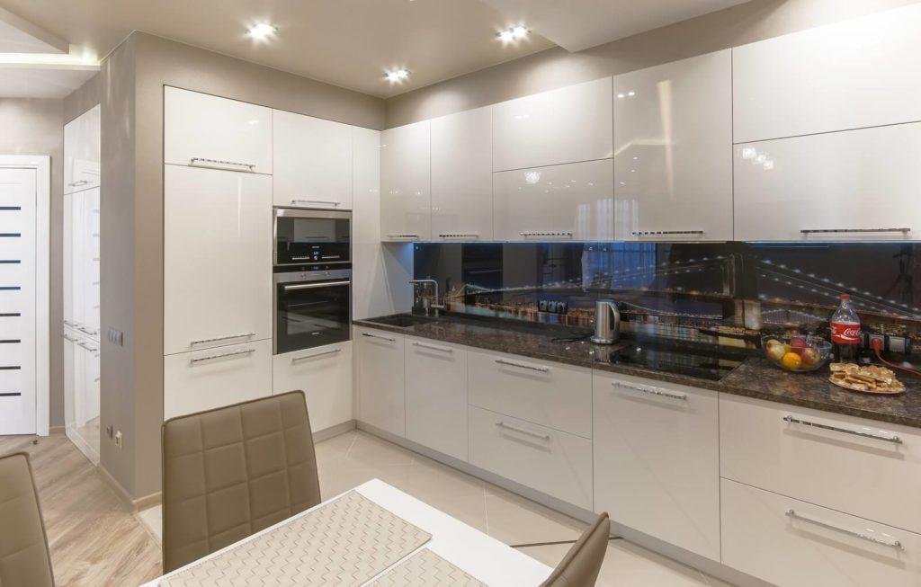 Кухня с крашенным глянцевым фасадом