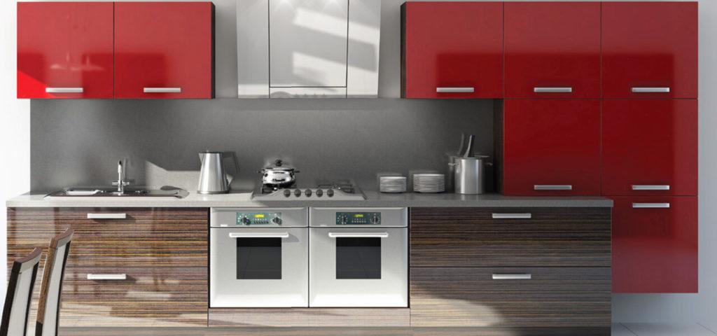 Кухонный гарнитур с верхними красными и нижними под дерево фасадами с глянцем