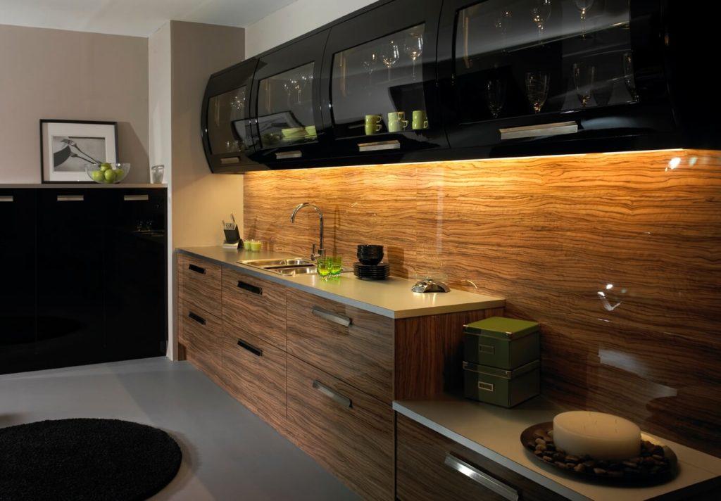 Фото современной кухни с глянцевыми фасадами шкафов