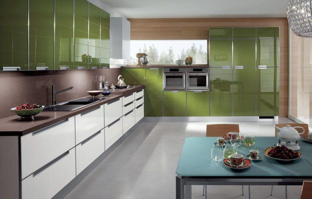 Кухонный гарнитур со стеклянным глянцевым фасадом