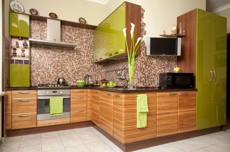 Угловой кухонный гарнитур с крашенным верхним фасадом