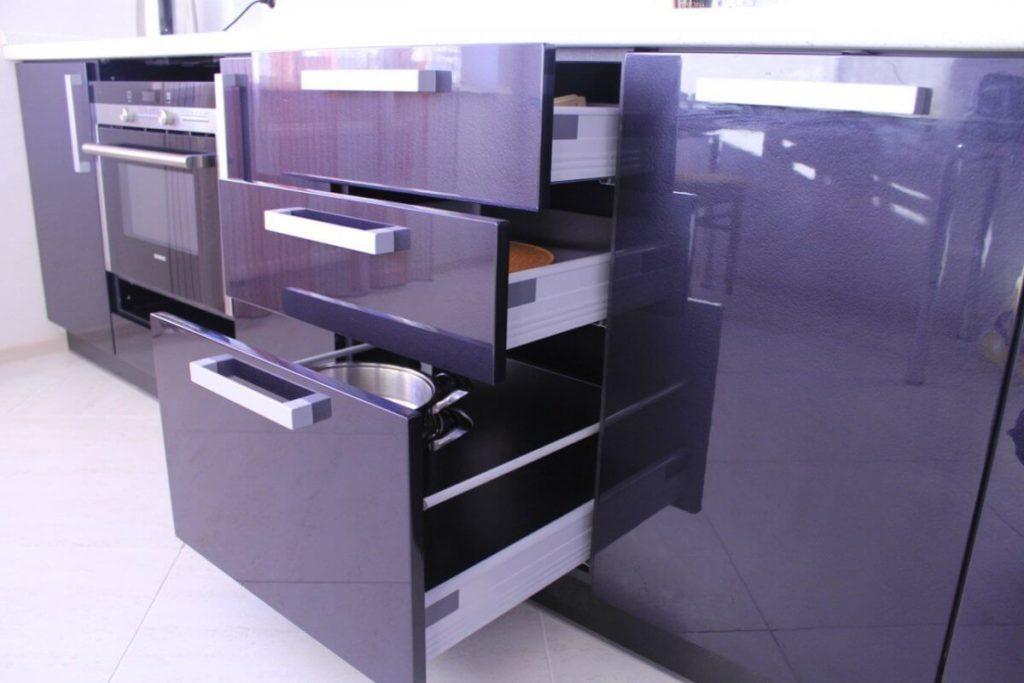 Фото лакированных кухонных шкафов