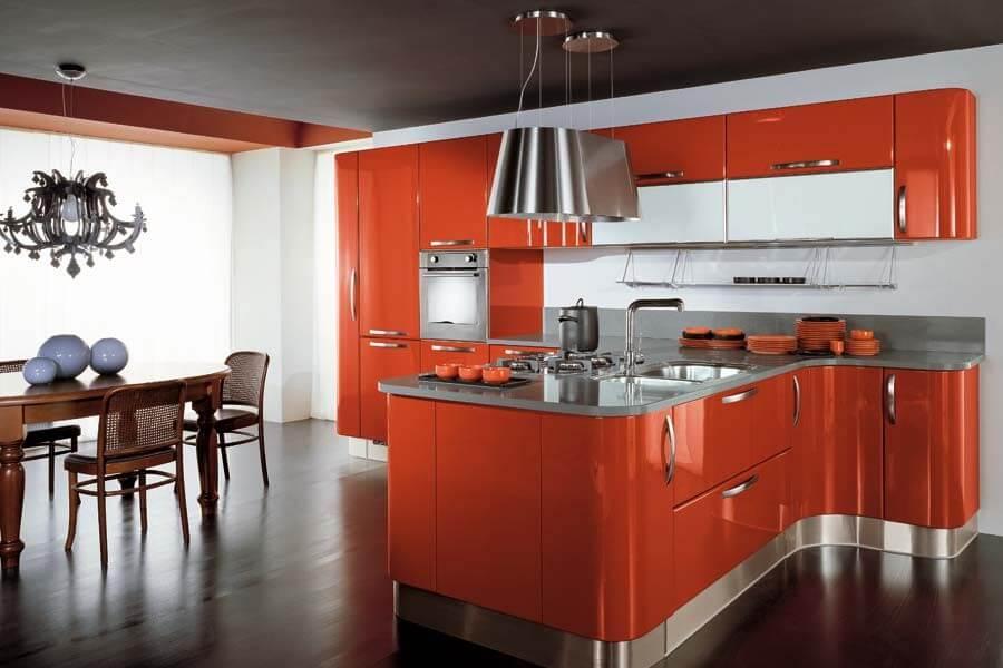 Большой Т-образный кухонный гарнитур с лакированным фасадом