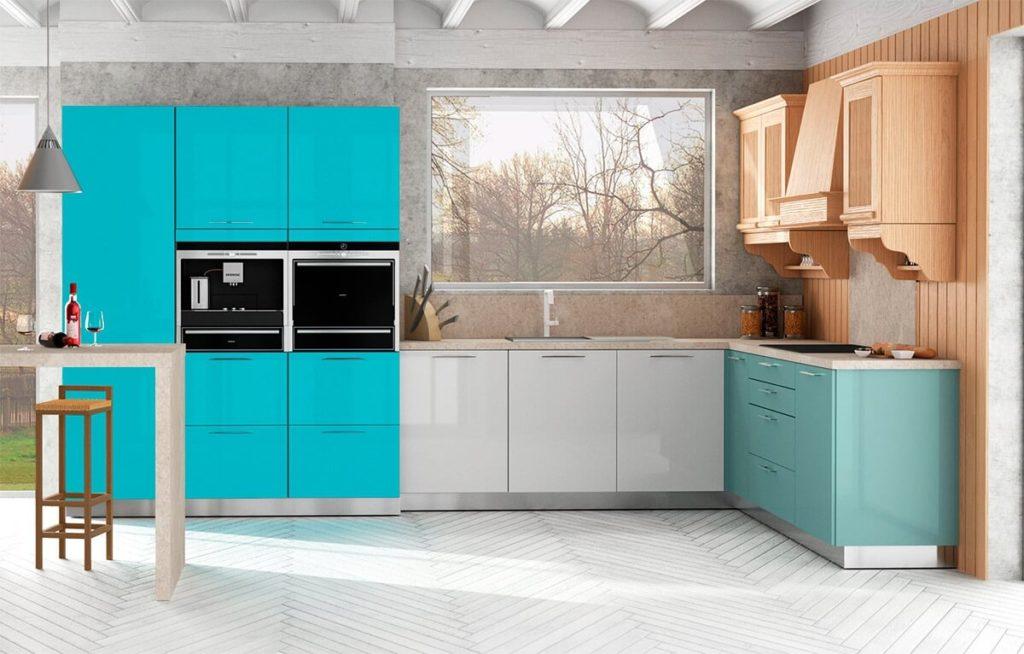Кухонный гарнитур с глянцевыми крашенными фасадами шкафов
