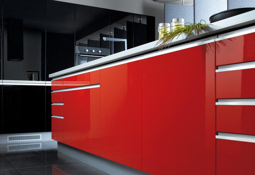 Кухонный гарнитур в современном стиле с крашенным МДФ фасадом