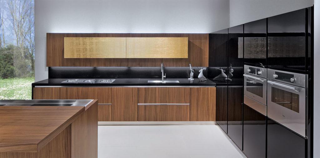 Кухня в стиле хай-тек с фасадами отделанными шпоном