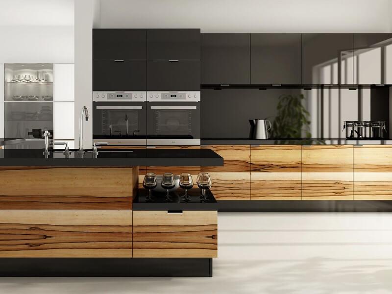 Современный кухонный гарнитур отделанный шпоном из светлого дерева
