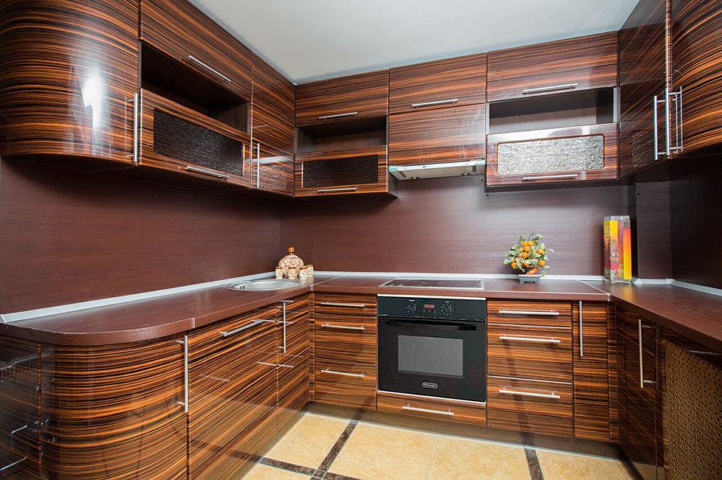 Фото современной кухни декорированной шпоном