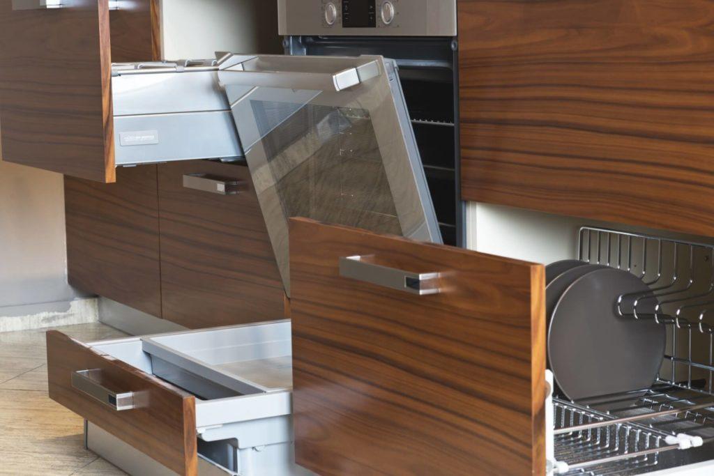 Фасады кухонных шкафов отделанные шпоном