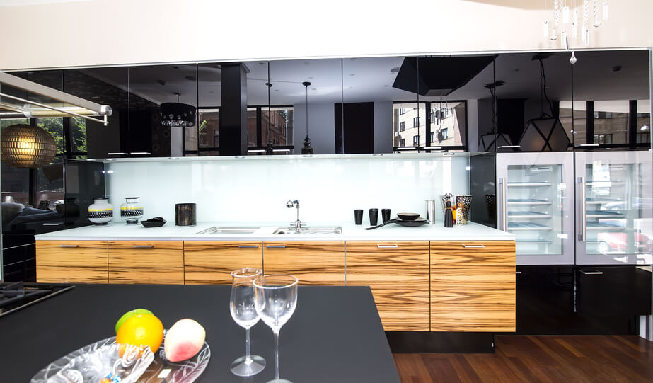 Кухонный гарнитур с комбинированными фасадами: эмаль и шпон