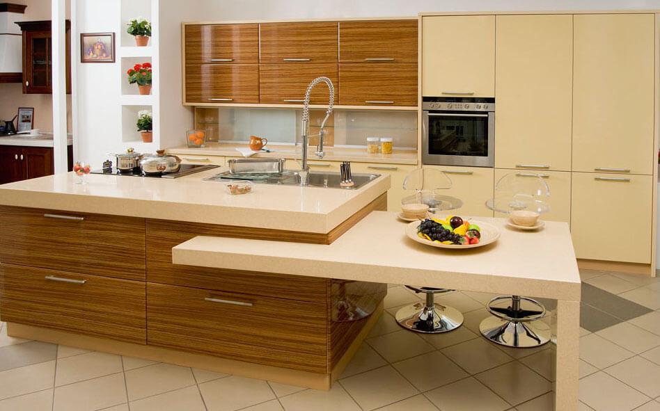 Интерьер кухни с гарнитуром отделанным шпоном