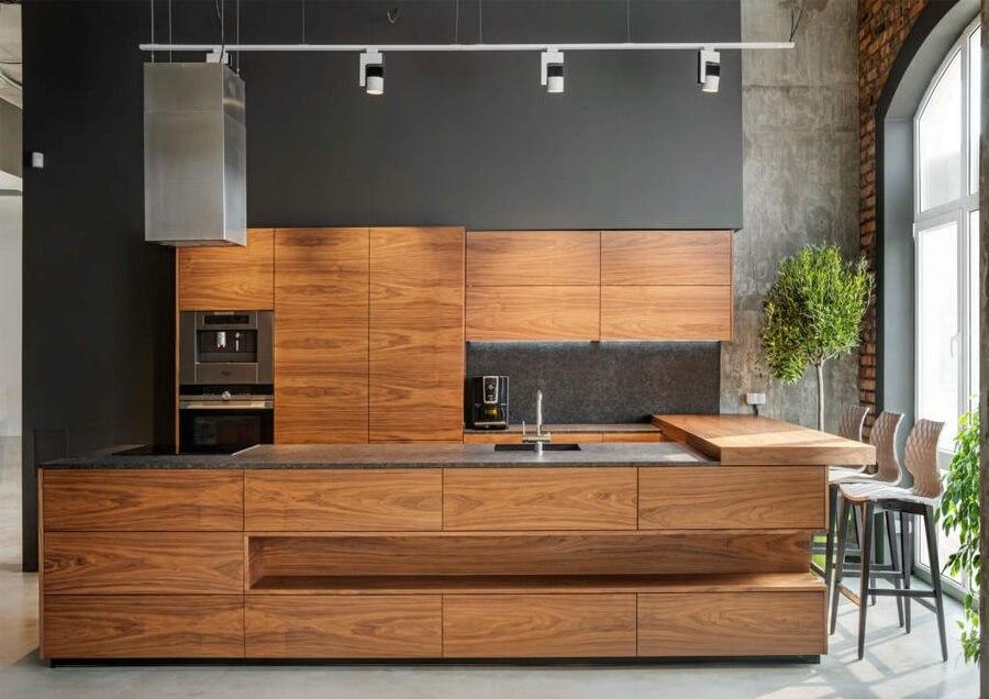 Кухня в стиле хай-тек в древесных тонах
