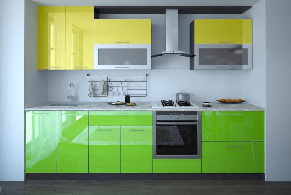 Яркий кухонный гарнитур с пластиковой отделкой фасадов