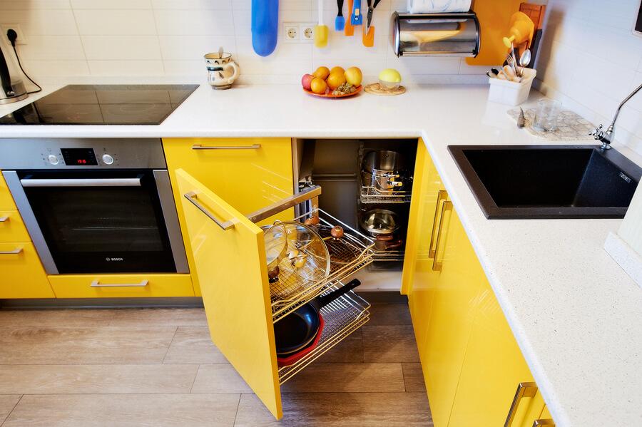 Фото нижних тумб кухонного гарнитура с пластиковым покрытием
