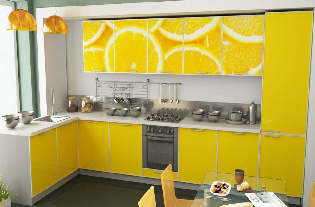 Угловой кухонный гарнитур с пластиковыми фасадами в алюминиевой рамке
