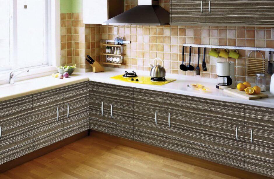 Кухонный гарнитур с пленочным покрытием фасадов с текстурой дерева