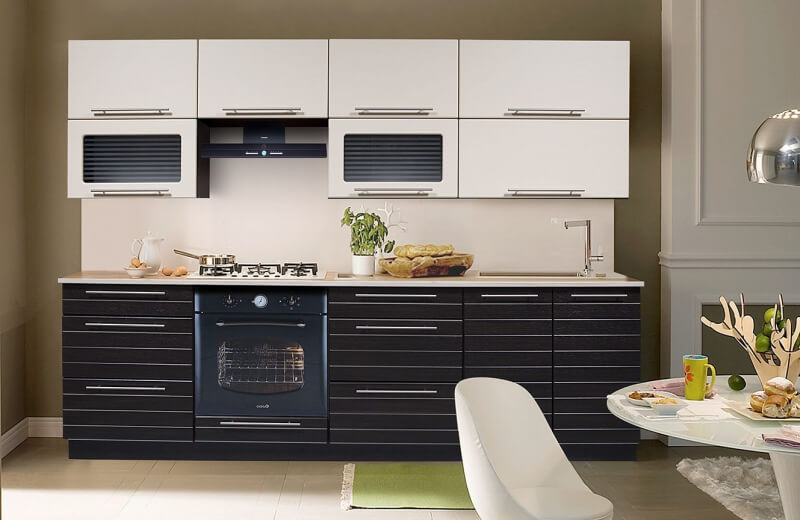 Интерьер кухни с прямым гарнитуром с ПВХ покрытием фасадов