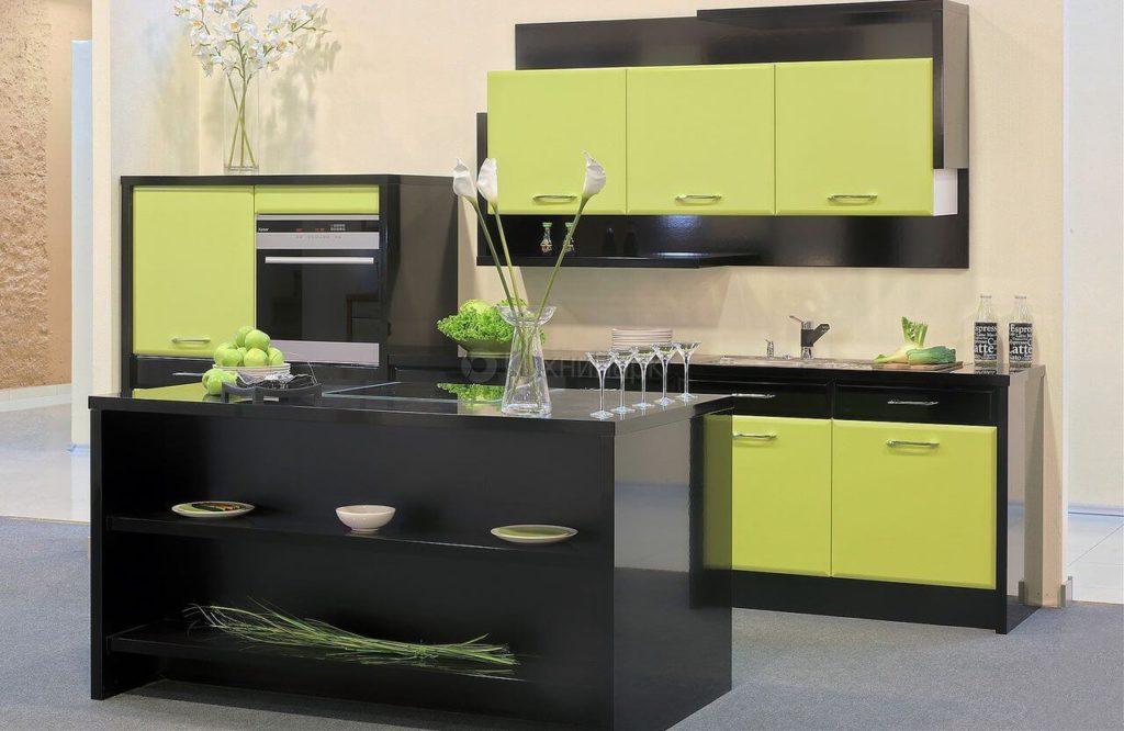Маленький прямой кухонный гарнитур с островом