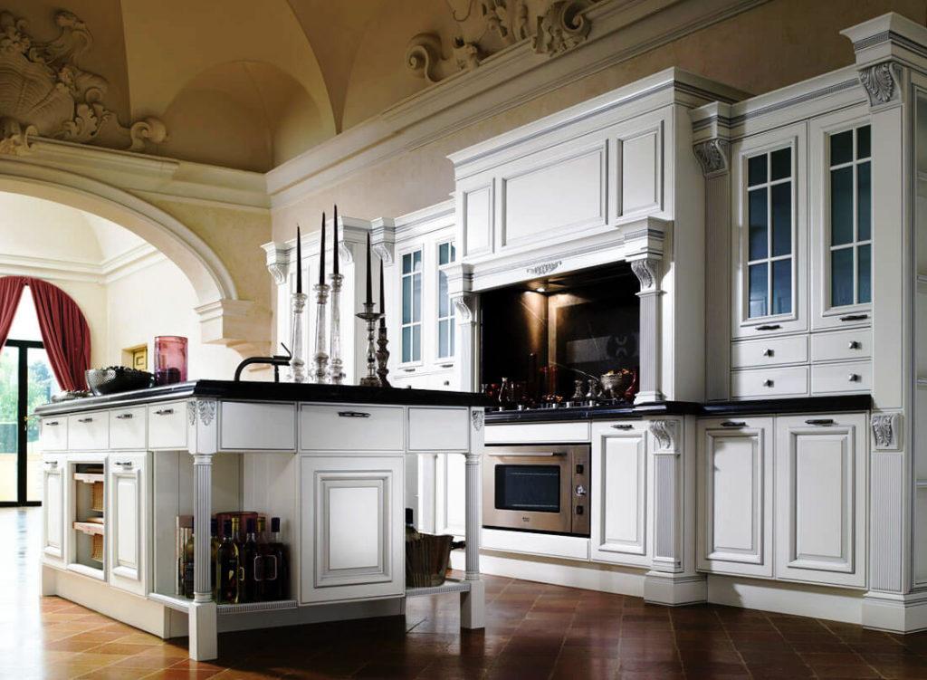 Классический кухонный гарнитур с порталом