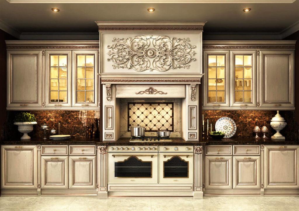 Классическая кухня с порталом до потолка украшенного узорами