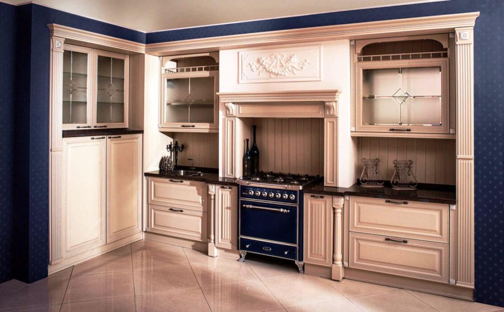 Фото угловой кухни в классическом стиле с порталом