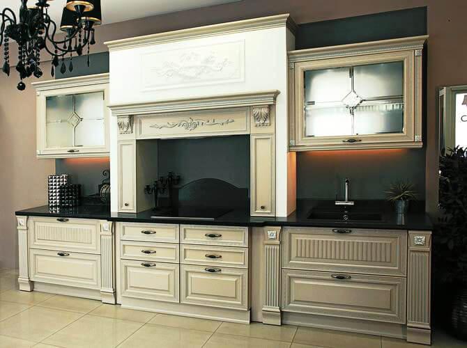 Современная классическая кухня с порталом и встроенной техникой