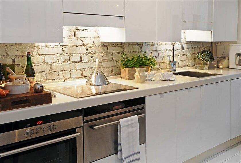 Кухонный фартук декорированный под кирпичную кладку