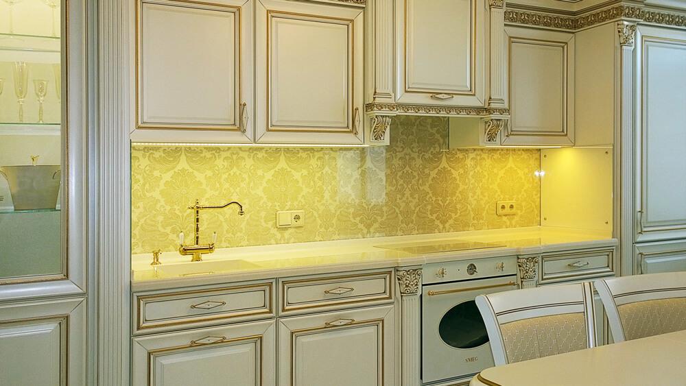 Кухня в классическом стеле со стеклянными панелями с подсветкой