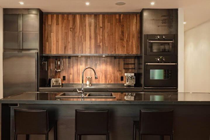 Фото деревянного фартука кухонного гарнитура в интерьере