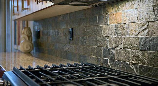 Каменный кухонный фартук из сланца
