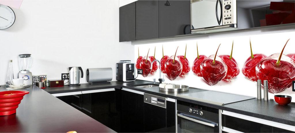 Фото стеклянных панелей скинали в интерьере кухни