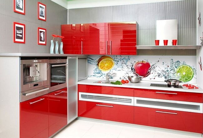 Стеновые панели в интерьере кухни с декором