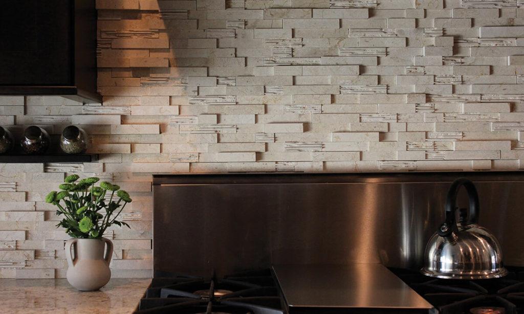 Кухонный фартук отделанный искусственным камнем