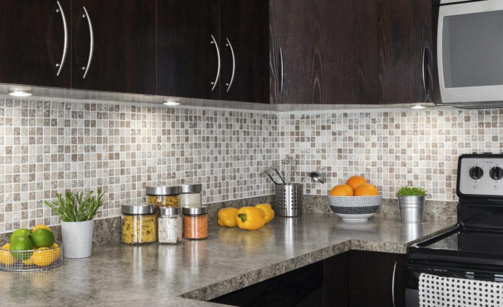 Кухонный гарнитур с настенными панелями из ПВХ с декором мозаика