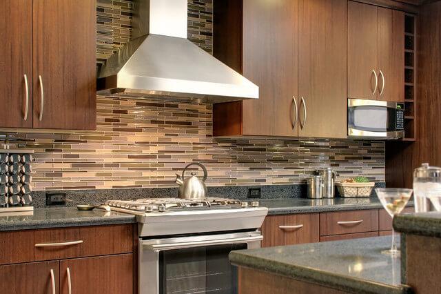 Кухонный гарнитур с плинтусом из камня