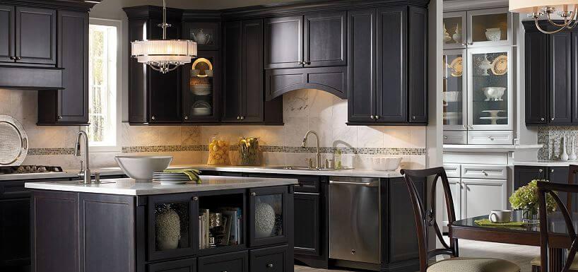 Интерьер кухни в классическом стиле с угловым гарнитуром