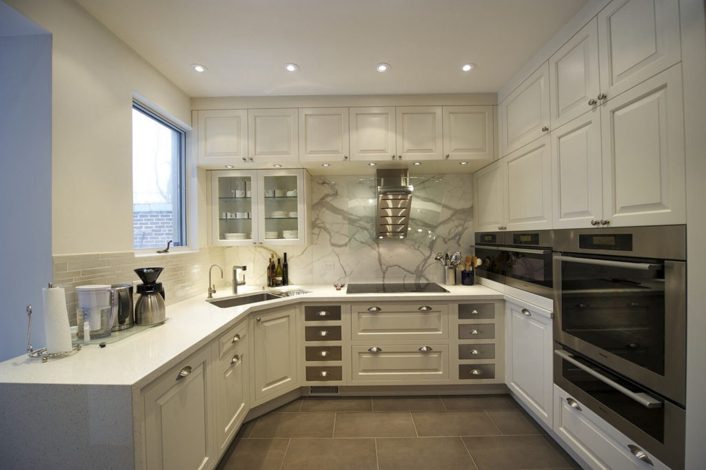 Угловой кухонный гарнитур с деревянными фасадами