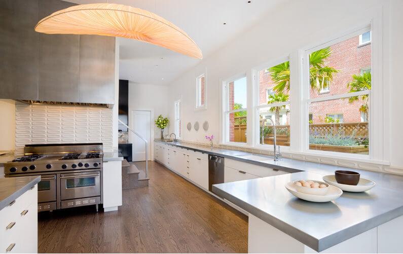 Фото очень длинного углового кухонного гарнитура без навесных шкафов