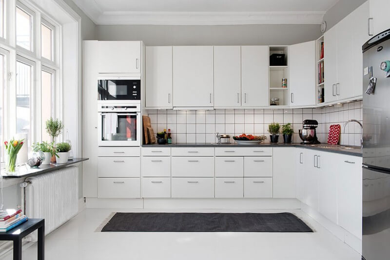 Просторная светлая угловая кухня