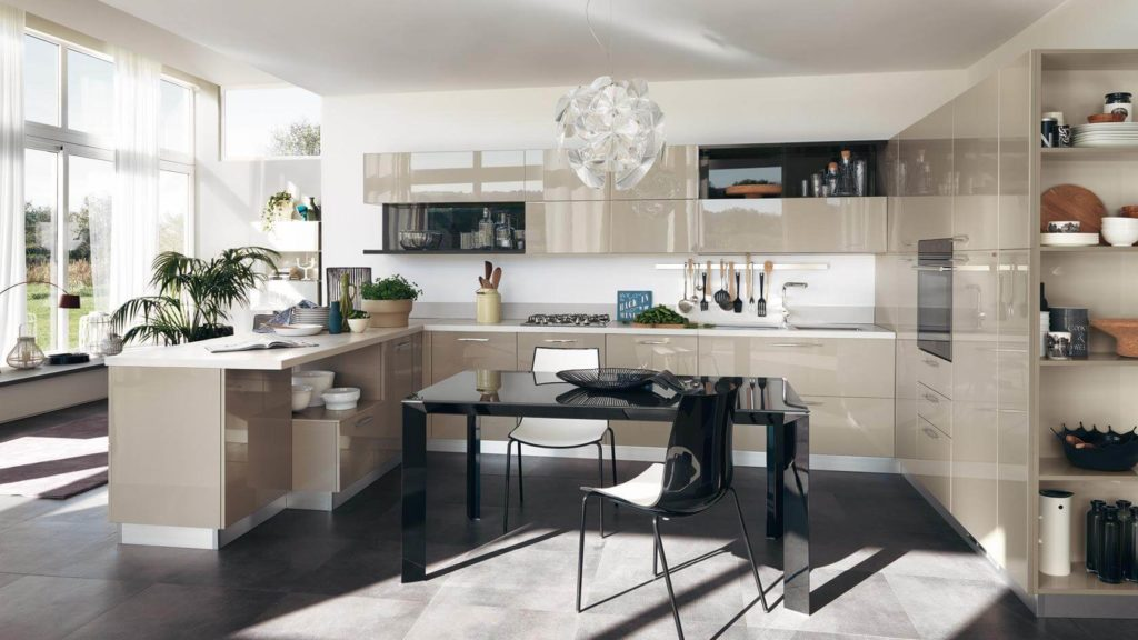 Просторная кухня с П-образным кухонным гарнитуром с глянцевыми фасадами