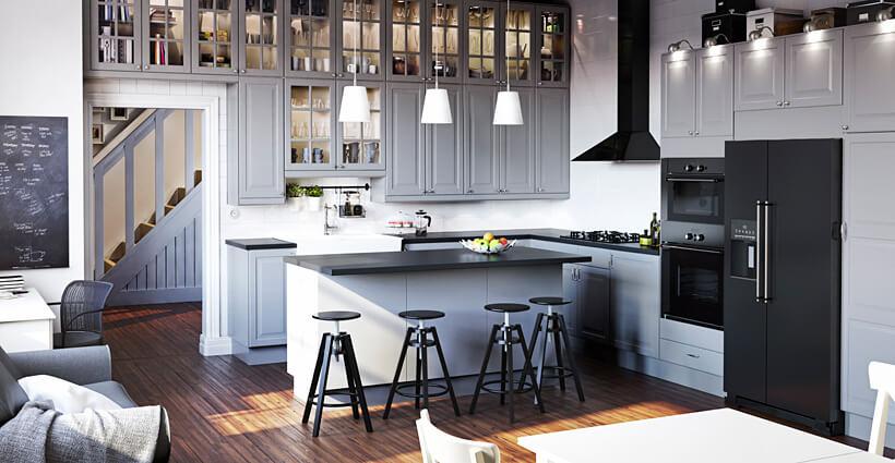 Интерьер угловой кухни с прямыми навесными шкафами до потолка